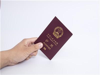 领取护照需要携带哪些证件?